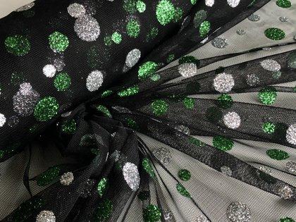 Melns tills ar sudraba un zaļiem aplīšiem